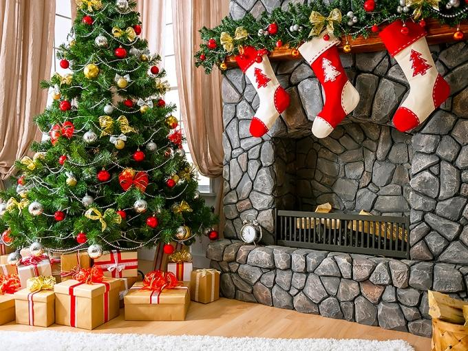 Christmas fireplace garland on the mantel or above Founterior