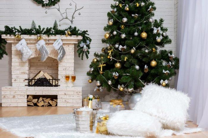 Christmas fireplace 3 - with silver socks and garland