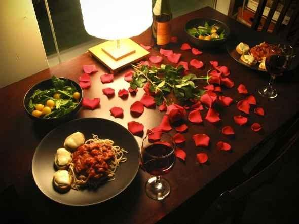 Romantic Dinner Table Ideas for Setting and Decoration | Founterior