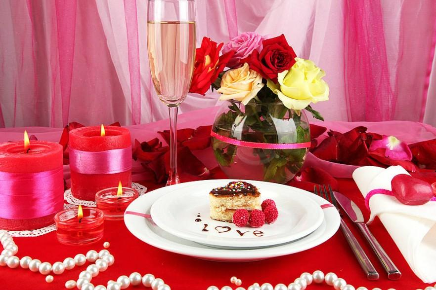 Romantic dinner table ideas for setting and decoration for Decoration avec des roses