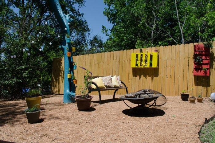 DIY pallet fence - and flower racks