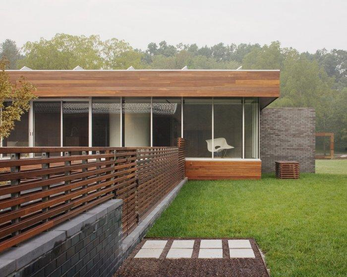 Mid-century modern pallet fence - and beautiful house