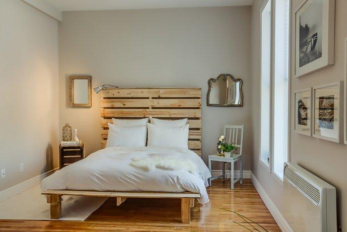Natural pallet headboard - in contemporary apartment