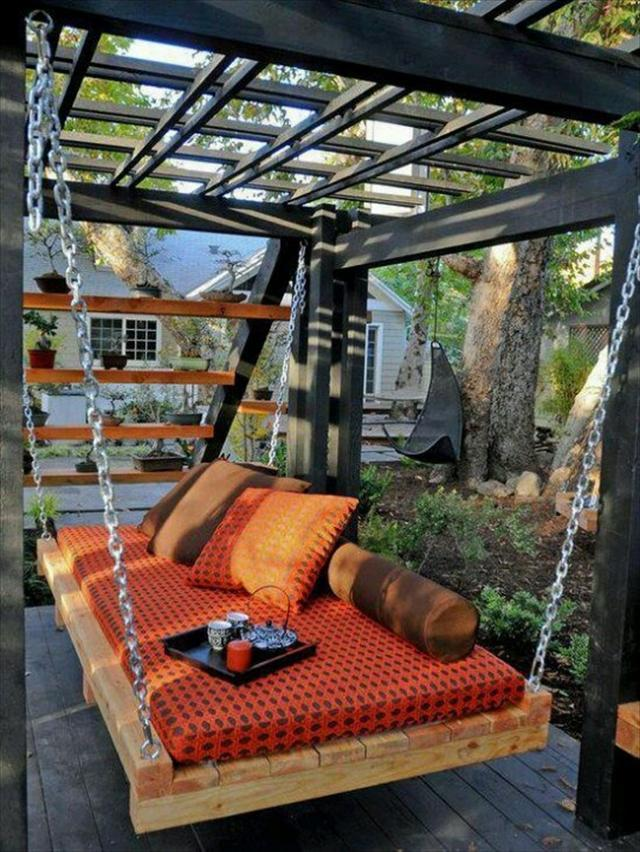 Pallet furniture - lounge swing - for plasant outdoor afternoons