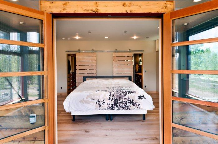 Sliding pallet headboard - in a modern house