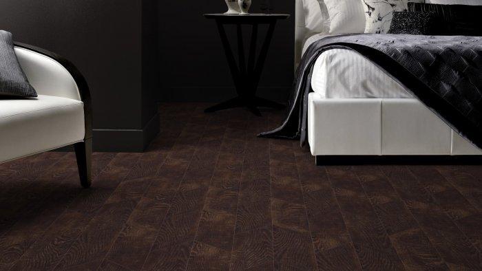 Dark bedroom with walnut floor tiles - immitating wood