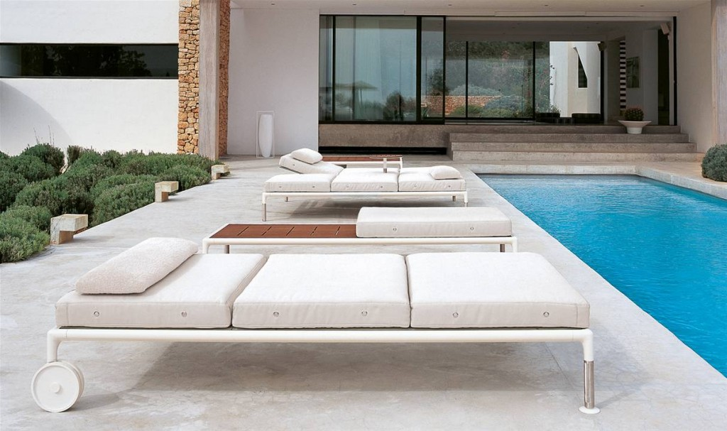 Mobile outdoor chaise lounge - with wheels