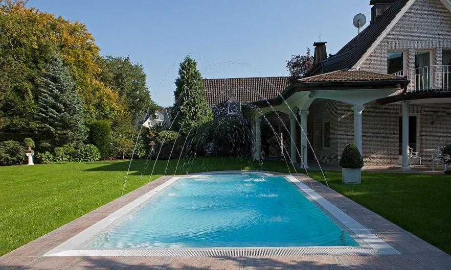 Luxurious backyard pool - in the garden