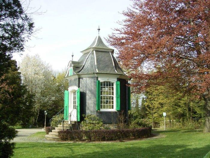 Victorian Garden Shed With Shrubs Founterior