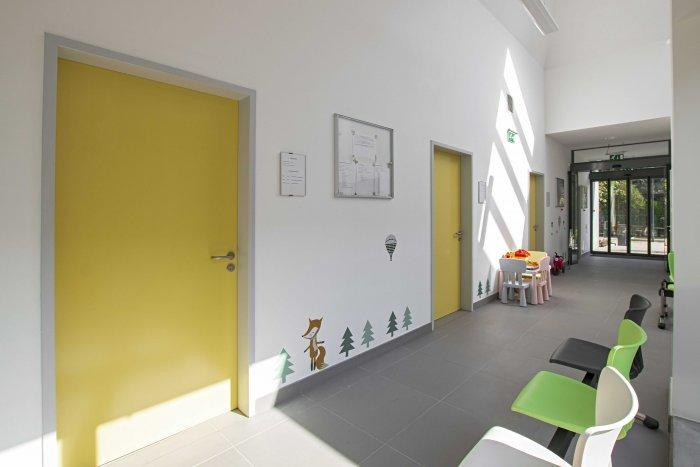 Renovation and modernisation of an old Building for Adult and Children General Practice In Budapest: 16_studiostisze_kerepesi_architecture-min